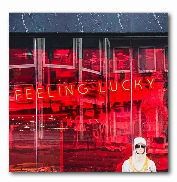 Feeling Lucky Neon rot Bild auf Holz