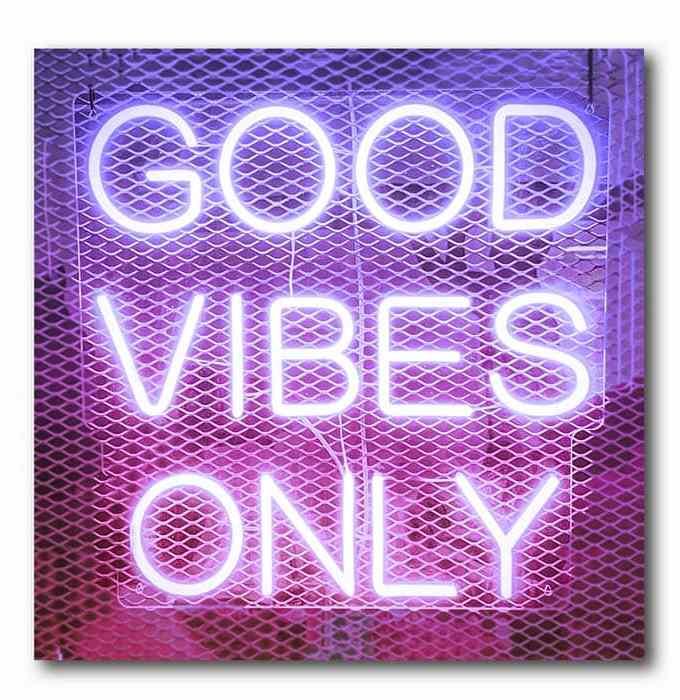 Good Vibes Neon Pink-lila Bild auf Holz