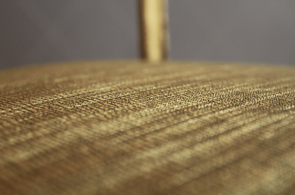 Total look pour cette charmante chaise en bois doré, tissu or patiné