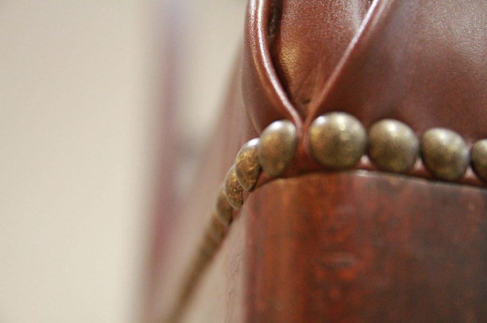 Chaise Directoire en bois re-teinté par l'Atelier, réfection en cuir patiné vintage