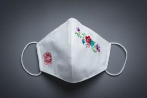 mascarilla tnt blanca bordada flores