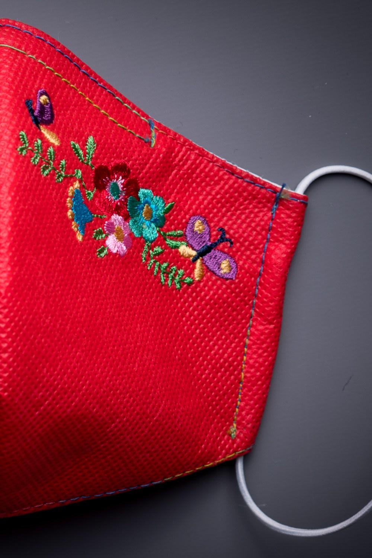 Mascarilla roja bordada flores
