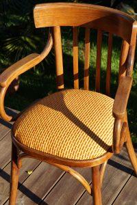 Fauteuil Bistro Structure en bois vernis. Assise refaite tapissée d'un tissu jaune brodé d'orange et rouge. Origine: Structure; décharge Tissu; vide grenier.
