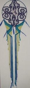 """Attrape Rêves Napperon style """"art déco"""" violet, accessoirisé de couleurs turquoise, lime et bleu. Origine: Résidus de l'industrie textil et vide grenier."""