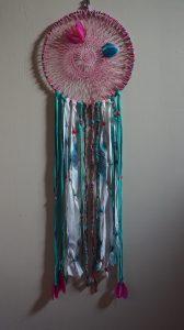 Attrape rêves 1 m de Hauteur 35 cm de diamètre Origine: Déchets de l'industrie textil et vide grenier.