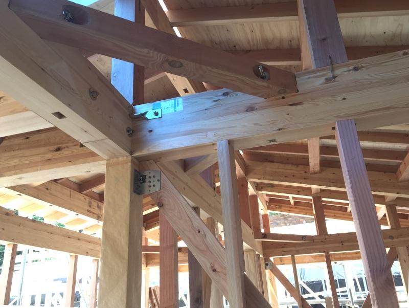 柱や筋交い(斜め材)の上端と下端は金属部材で柱や土台に緊結して、地震時の引き抜きに耐えられるようにします
