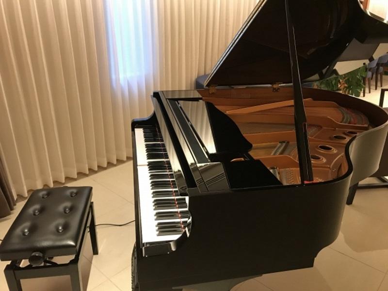 グランドピアノは250キロ以上あります。