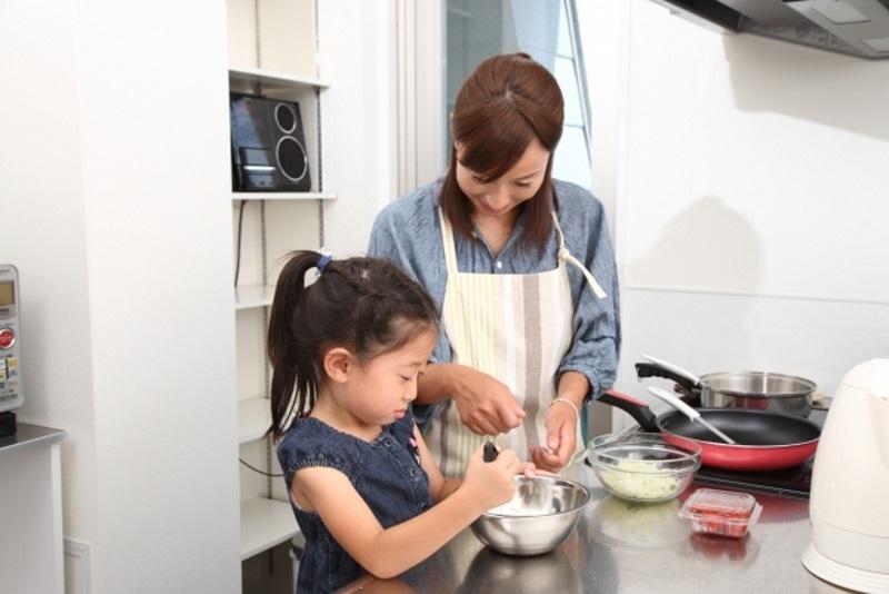 子どもに料理のお手伝いをしてもらうなら、入ってきやすいある程度のスペースが必要です