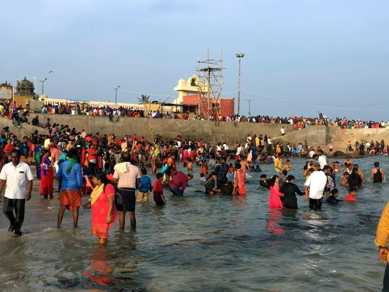 聖地コモリン岬で沐浴する人たち