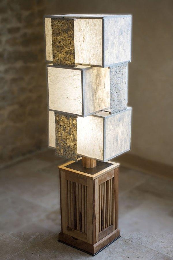 Lampe Komorebi - bois de cormier, acier et papiers washi, par l'Atelier Villard (sélectionnée au Concours Ateliers d'Art de France 2019).