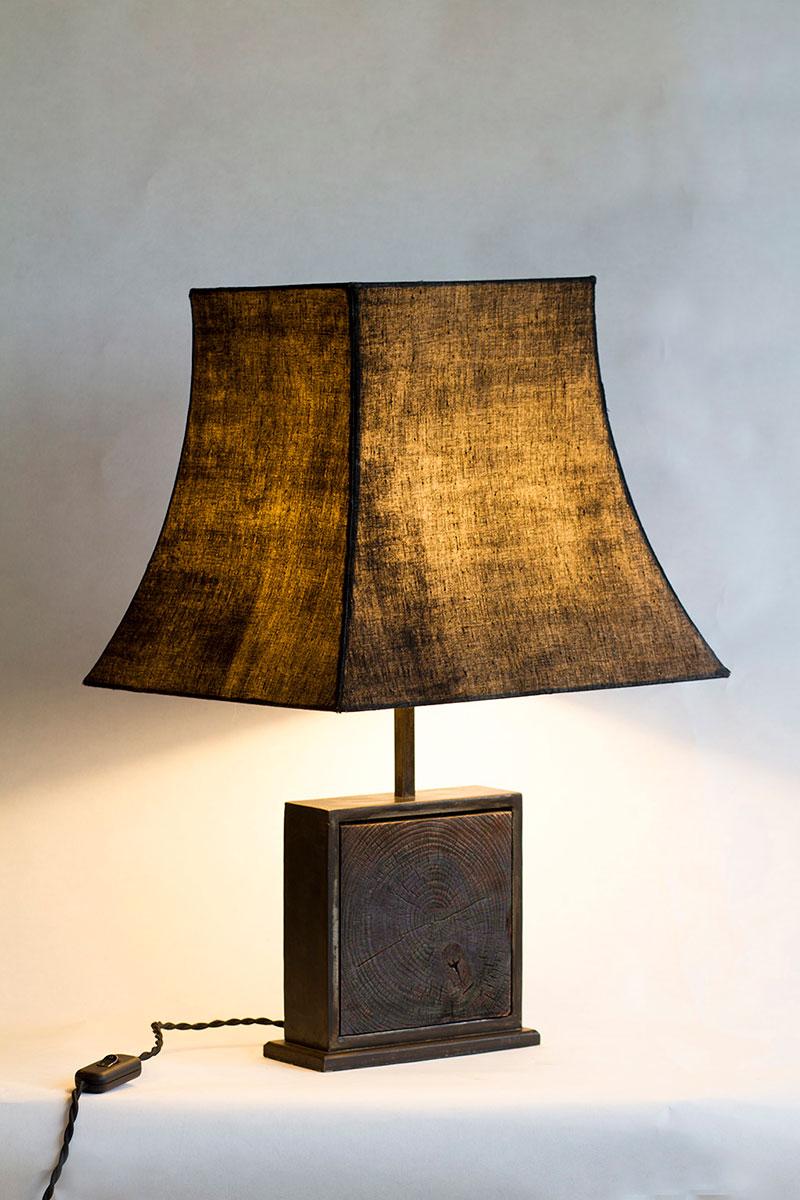 Lampe Hashira 柱 kurai 暗い - Bois brûlé, acier, tissus nani IRO, par l'Atelier Villard.