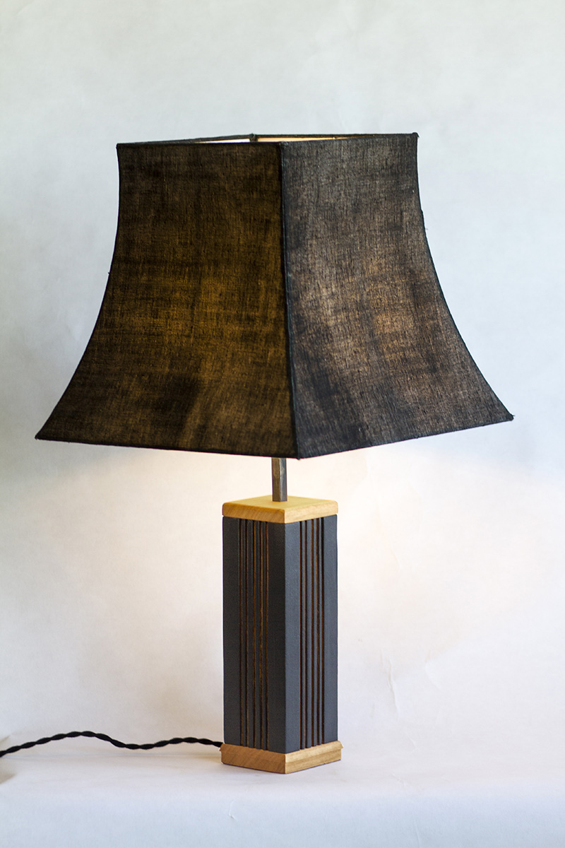 Lampe en merisier brut et brulé, par l'Atelier Villard.