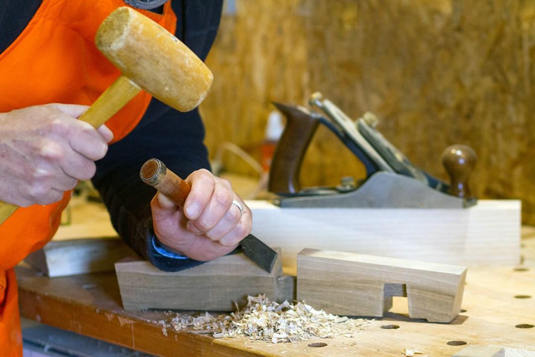 Travail au ciseau à bois à l'Atelier Villard