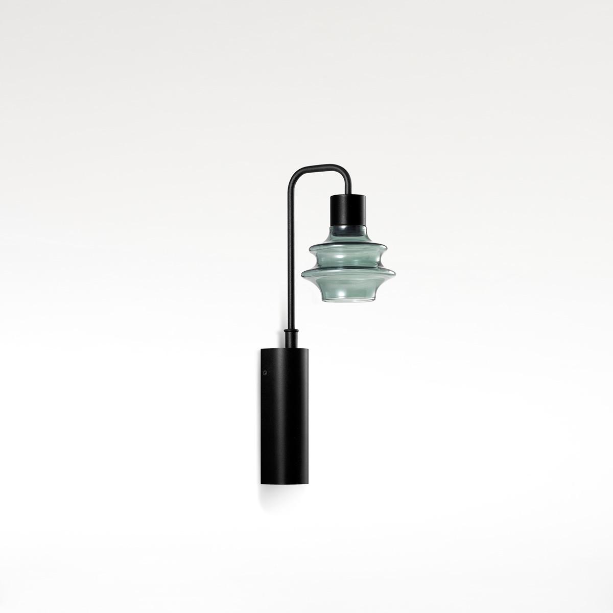 Glazen wandlampen en leeslampen naast het bed met USB poort