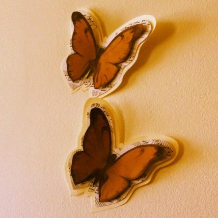 Papillons au fusain. En vente sur http://www.alittlemarket.com/decorations-murales/fr_lot_de_2_papillons_dessines_au_fusain_et_partition_de_piano_-8138647.html