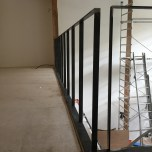 Garde corps en acier sur une mezzanine - en chantier