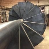 Vue des marches brutes de l'escalier hélicoïdal métallique dans notre atelier