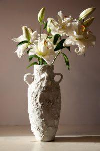 handmade decoratieve vaas met lelies