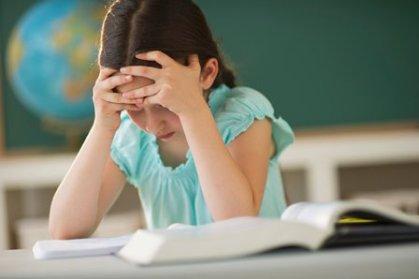 bambina che studia sui libri