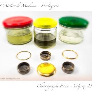 La traditionnelle séance de nettoyage débarrasse toutes les pièces de leurs résidus de saleté et d'huile gommée. A voir la couleur des produits de nettoyage, c'est efficace ! Au premier plan quelques pièces dans leur corbeille de nettoyage, ainsi que le fond du boîtier, la lunette et un cercle d'emboîtage. Le bocal au centre est le nettoyage (qui est maintenant usé), à gauche le premier rinçage et à droite le second rinçage.