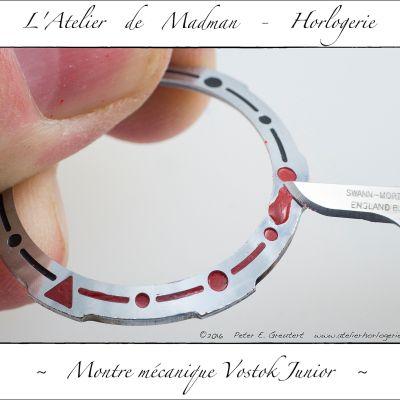 Réfection des inserts de la lunette tournante, à la cire à cacheter. Ils s'étaient partiellement défaits lors du nettoyage.