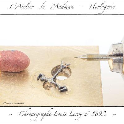 L'ancre est collée sur son support à l'aide de colle cynolite. Un pré-perçage à 0.10mm centre le trou.