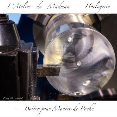 Les reflets irisés du pétrole de lubrification.