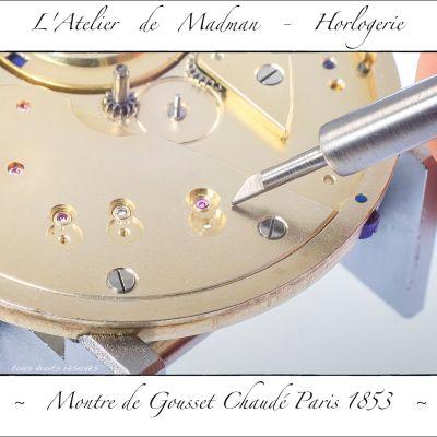 Les rubis du train de roues, côté cadran. L'outil est une réalisation personnelle, qui sert à refermer les sertissures délicates.