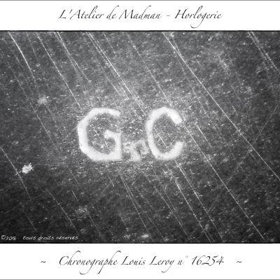 Lettres GC, frappées sur le couvercle du boitier.