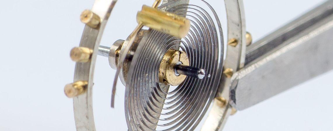 L'axe, monté et pourvu du plateau et spiral, montre son pivot supérieur.