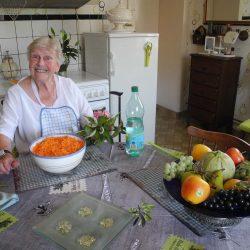 Buurvrouw Madeleine maakt salade!