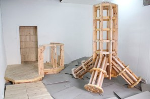 vues d'installation, Structure bois, plaques de béton fibré et oeil de boeuf ©2015 Pierrick et Bernard