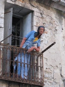 à sa fenêtre