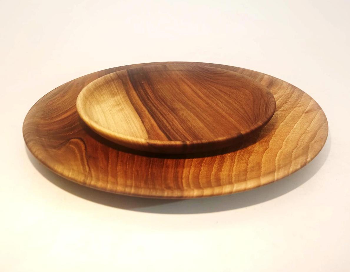 grande et petite assiette en bois de noyer tourné à l'atelier tour après tour