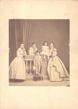 Φωτογράφος: Μωραΐτης, Πέτρος Περιγραφή: Η Βασιλική Βούρου την κόρη της Ζηνοβία και ένα γιο της. Μαζί τους ποζάρουν δύο νεαρές δεσποινίδες.