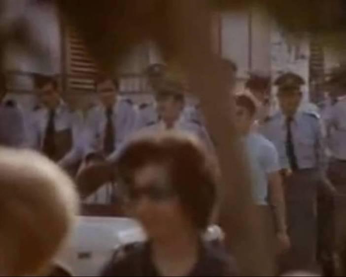Οι αστυνομικοί σε αναμονή, παρακολουθούν…