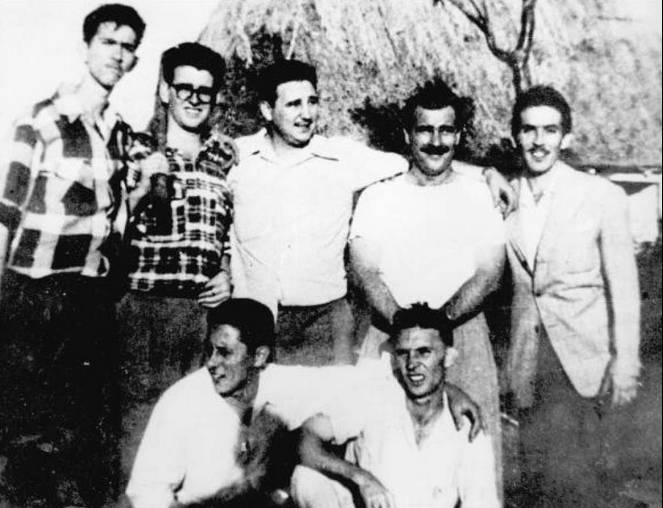 Ιούλης 1953. Ο Φιντέλ Κάστρο με συντρόφους του, κατά τη διάρκεια της προετοιμασίας της επίθεσης σε Μονκάδα – Μπαγιάμο, σε προάστιο της Αβάνας. Διακρίνονται στα αριστερά οι Αντόνιο (Νίκο) Λόπεζ και Αμπέλ Σανταμαρία και δεξιά οι Χοσέ Λουίς Τασέντε και Ερνέστο Τιζόλ. Φωτογραφία: FILES, Getty Images