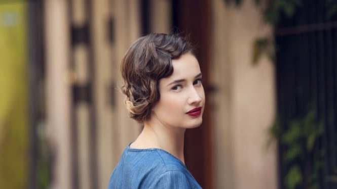 Short 1920s Flapper Girl Haircut With A Hair Colour That Goes From
