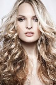 blonde hair with dark roots stylish