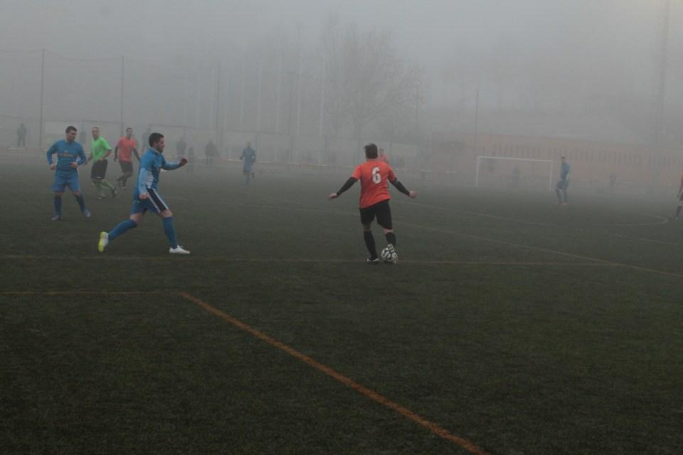 Julio desplaza la pelota en el centro del campo.