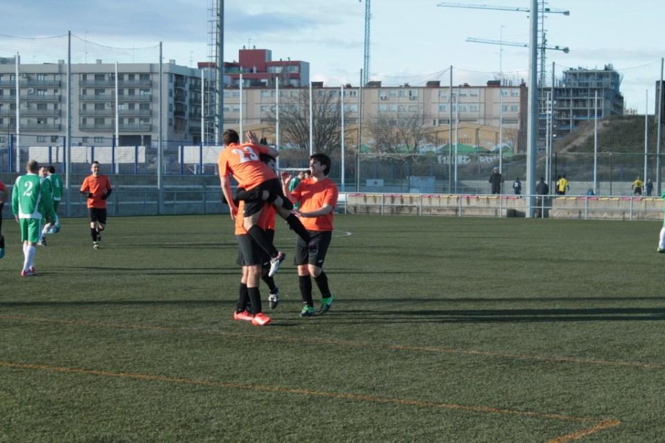 Adrián es aupado por José Antonio para celebrar el tanto de la victoria.