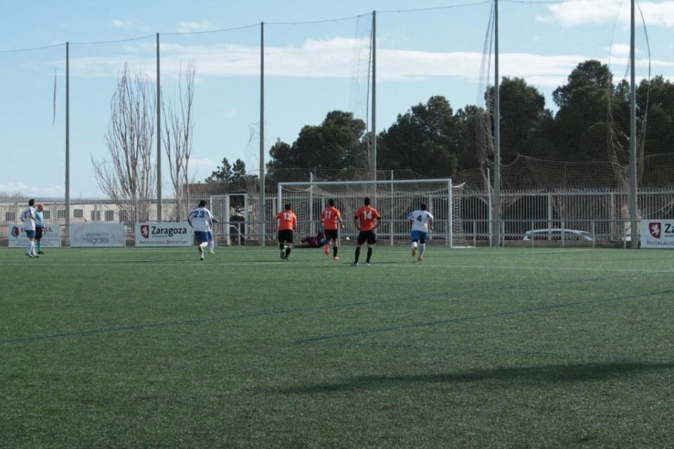 Javi ataja el lanzamiento de penalti de Enfedaque.