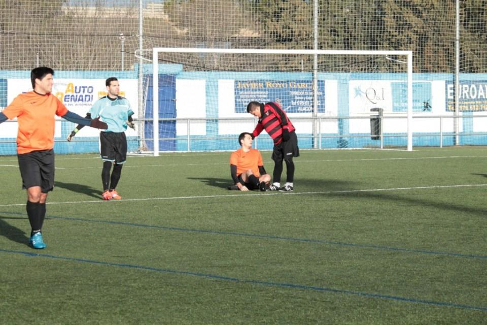 Héctor, en el suelo, tras haber recibido una patada sin balón dentro del área.