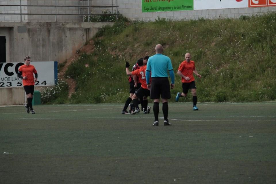 Un instante antes de que Alexandru caiga dentro del área. El árbitro estaba encima.