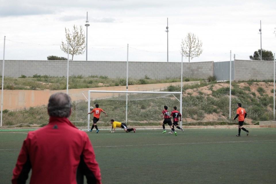 Joaquín remacha a la red el balón suelto tras el disparo de David González.