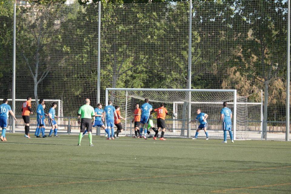 El balón se pasea por el área pequeña tras un remate de José Antonio y una serie de despejes.