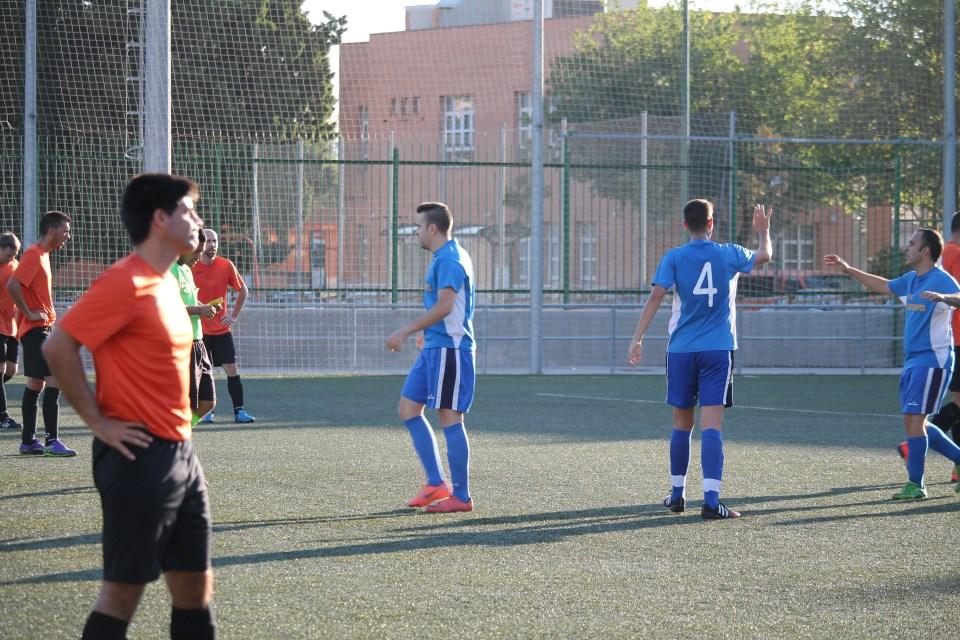 Arganchal y el resto de sus compañeros celebran el tanto del empate. Joaquín, mientras, muestra su pesar.
