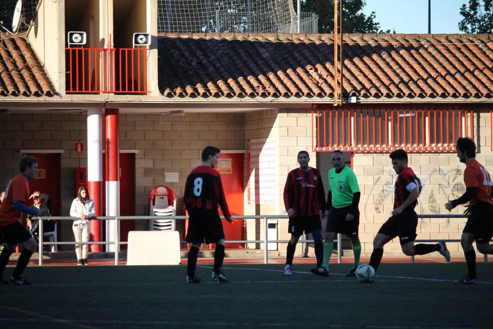 El Atlético Batán asfixió al centro del campo del Rompeolas. Se impuso por fuerza, intensidad y colocación.