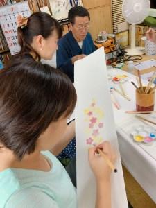 名古屋の友禅染体験で半衿を作っている女性