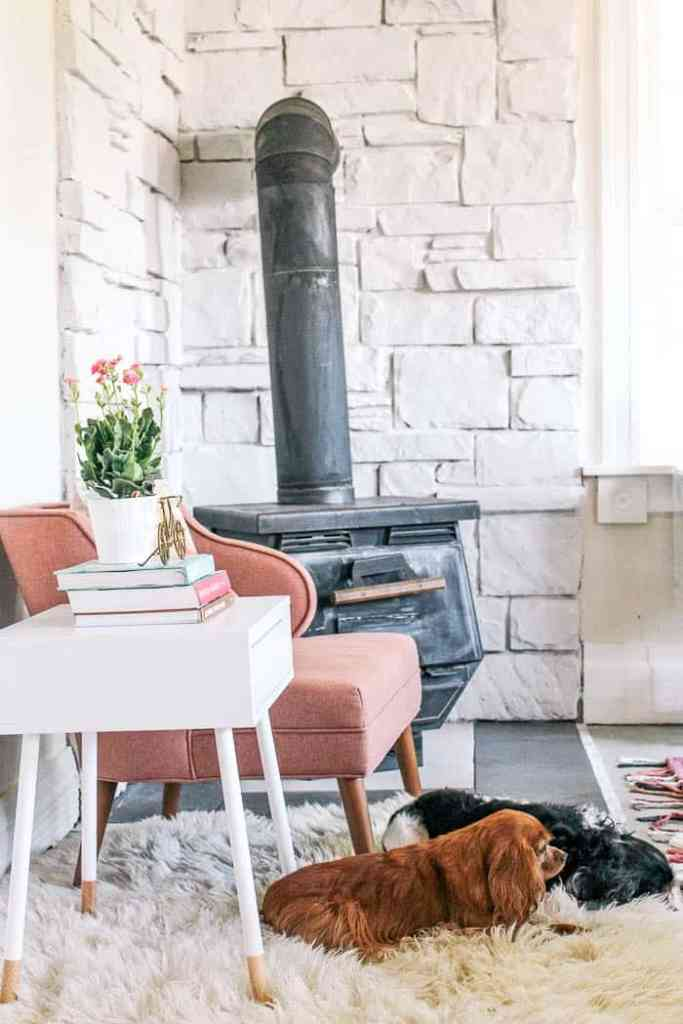 how to white wash stone with chalk paint. The products you need and a tutorial to apply it easily. How to paint a fireplace white to get a modern farmhouse look. Tips and tricks for a beautiful result!